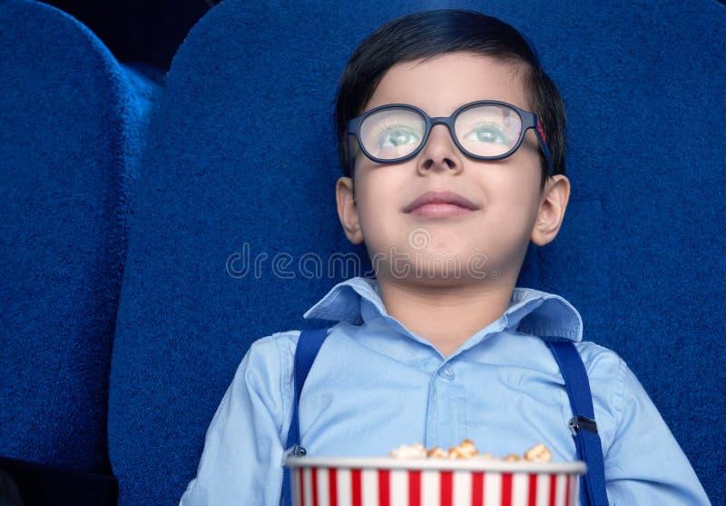Frontowy widok ogląda z podnieceniem film w kinie chłopiec obraz royalty free