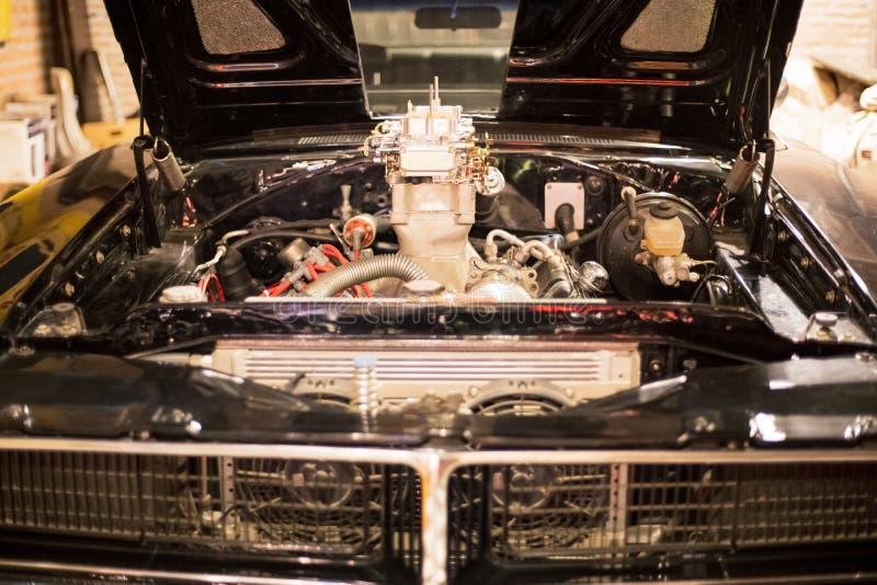 Frontowy widok parowozowego rocznika klasyczny retro samochód przy retro garażem zdjęcie stock