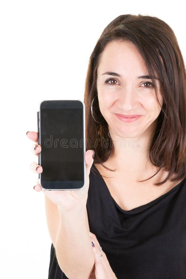Frontowy widok pokazuje mockup pustego czarnego mÄ…drze telefonu pokazu i patrzeje kamera szczęśliwa dziewczyna zdjęcia stock