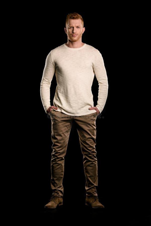 Frontowy widok przystojna rudzielec mężczyzna pozycja obrazy stock