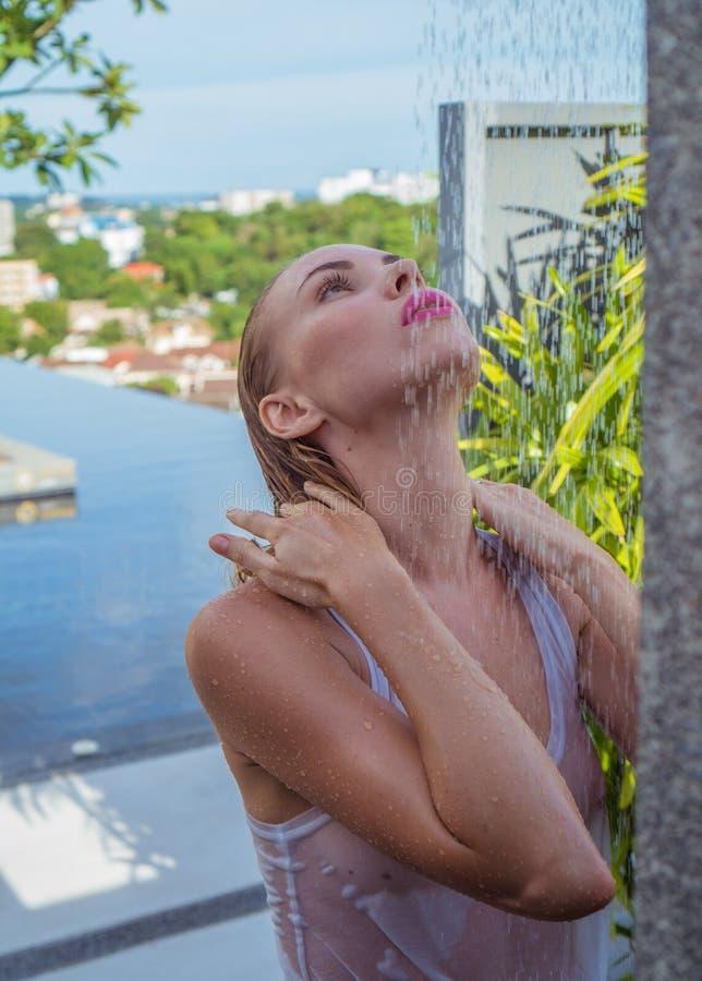 Frontowy widok seksowna blondynki kobieta zdjęcie royalty free