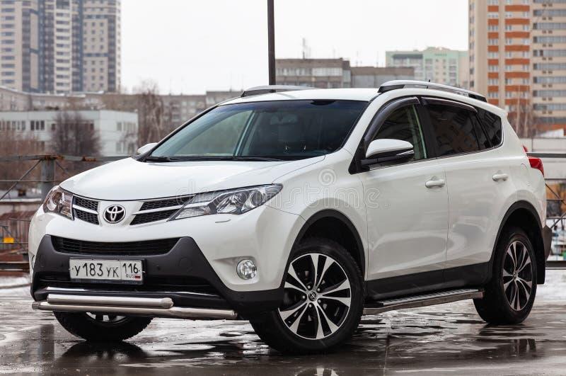 Frontowy widok Toyota RAV4 2015 rok w bia?ym kolorze po czy?ci? przed sprzeda?? na parking Auto przemys? us?ugowy obraz royalty free