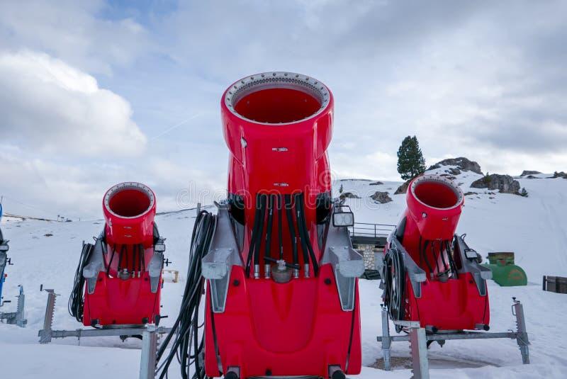 Frontowy widok trzy śnieżnego działa w wysokogórskim ośrodku narciarskim zdjęcie stock
