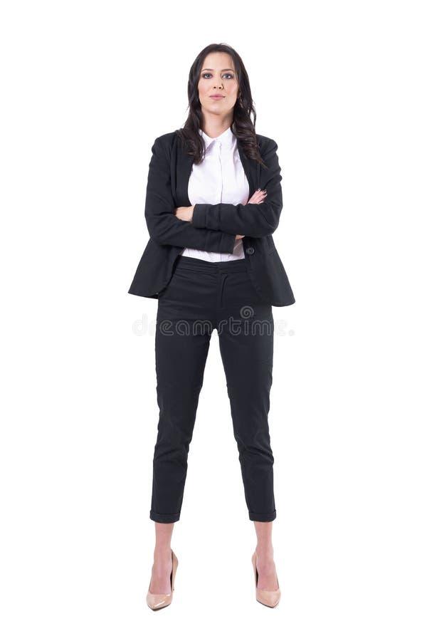 Frontowy widok ufna biznesowa kobieta w czarnym klasycznym kostiumu z krzyżować rękami fotografia stock