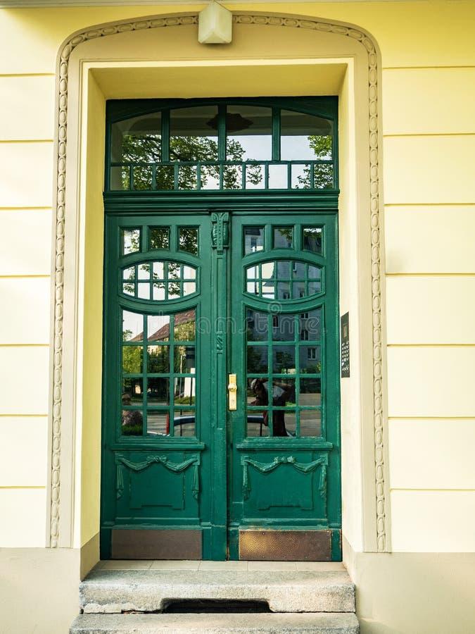 Frontowy widok wejściowy drzwi obrazy stock