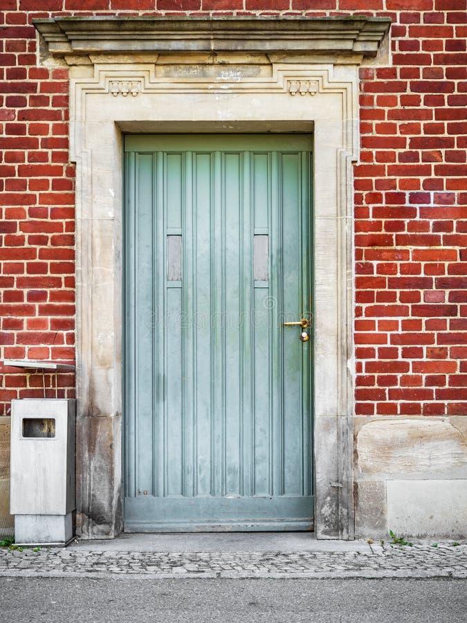 Frontowy widok wejściowy drzwi zdjęcia royalty free