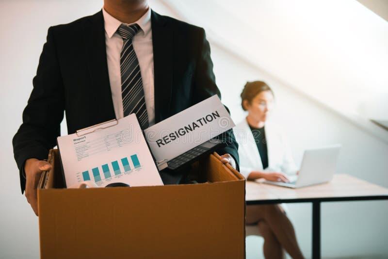 Frontowy widok z męskiego pracownika trwaniego mienia biurowymi dostawami w papierowym pudełku iść przedkładać list rezygnacyjneg obrazy royalty free