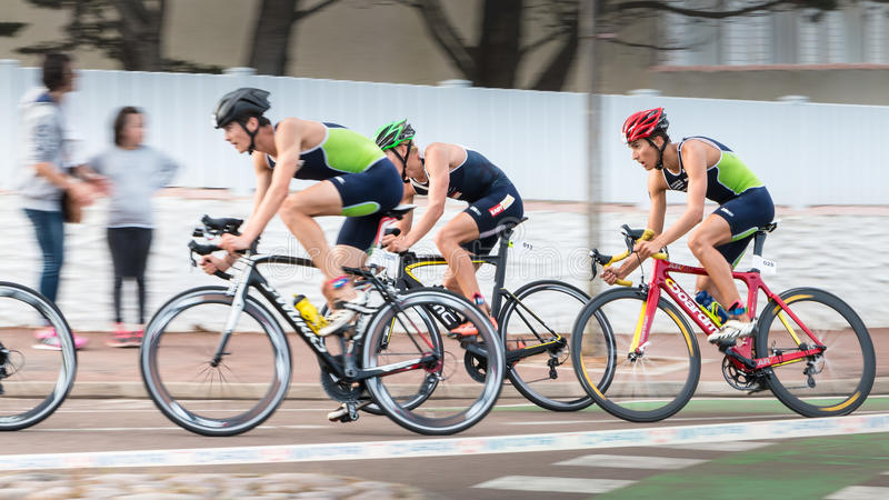 Frontrunners pour une course de vélo de route image libre de droits