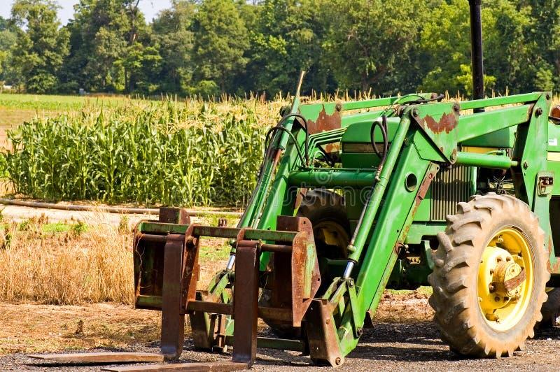 Frontseite des grünen Bauernhoftraktors stockfotos