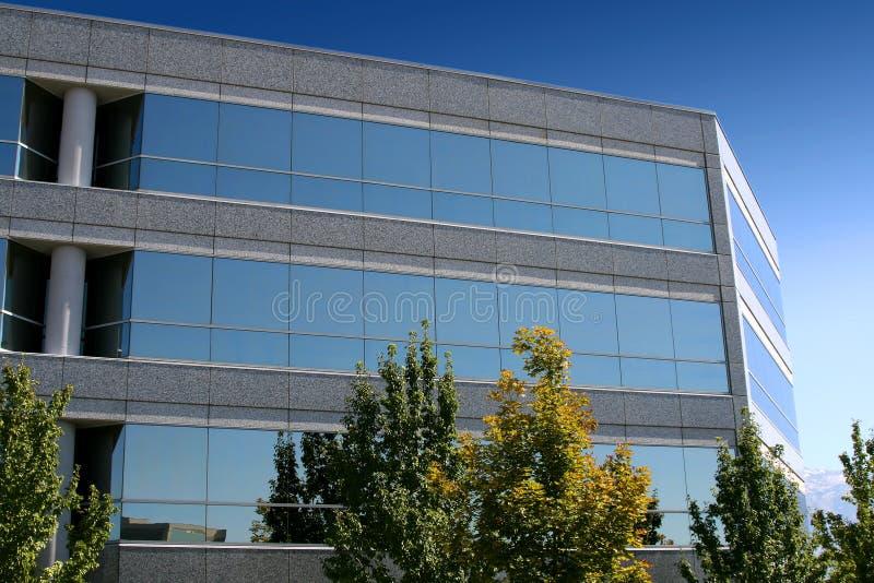 Frontseite des widergespiegelten Geschäfts-Gebäudes lizenzfreies stockfoto