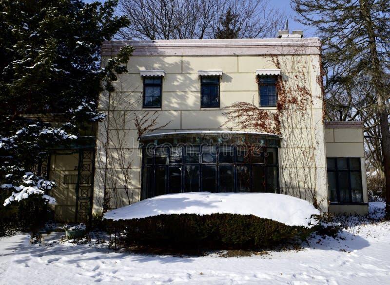 Frontside av detstål huset arkivfoto