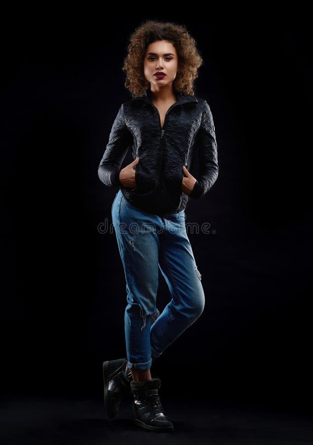 Frontview курчавой девушки dredded в стильных одеждах стоковые фото