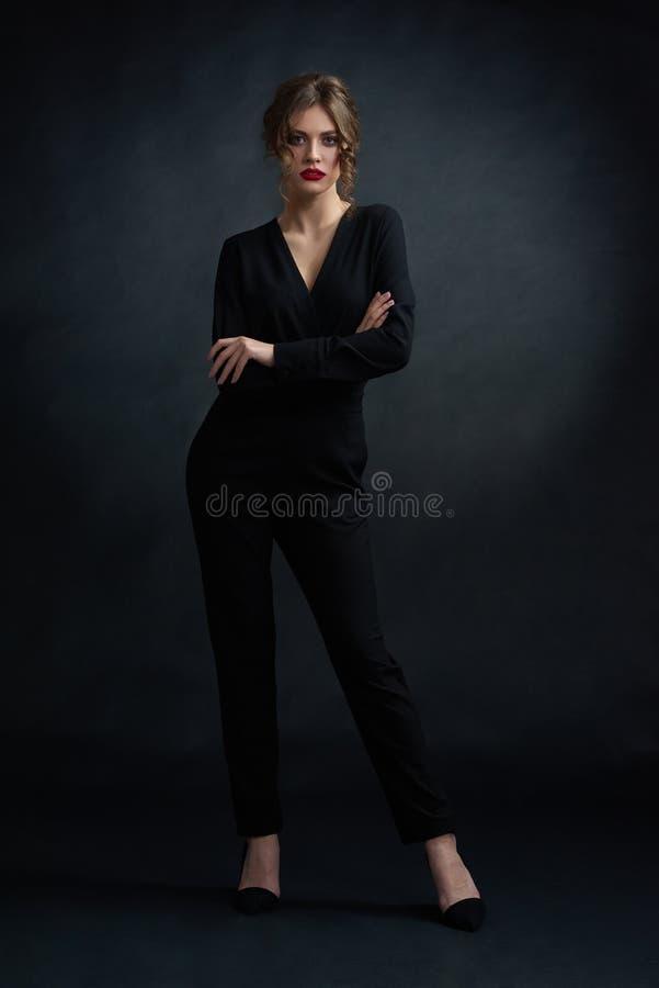 Frontview der überzeugten Frau schwarzen Anzug tragend stockfoto