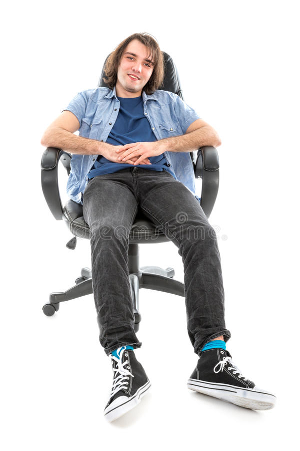 Frontview do assento preguiçoso do homem esticou para fora em uma poltrona fotografia de stock royalty free