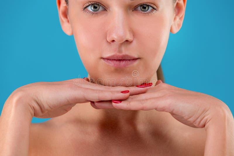 Frontview potato del ritratto - labbra e spalle di giovane donna caucasica con trucco naturale, pelle perfetta ed il blu fotografie stock