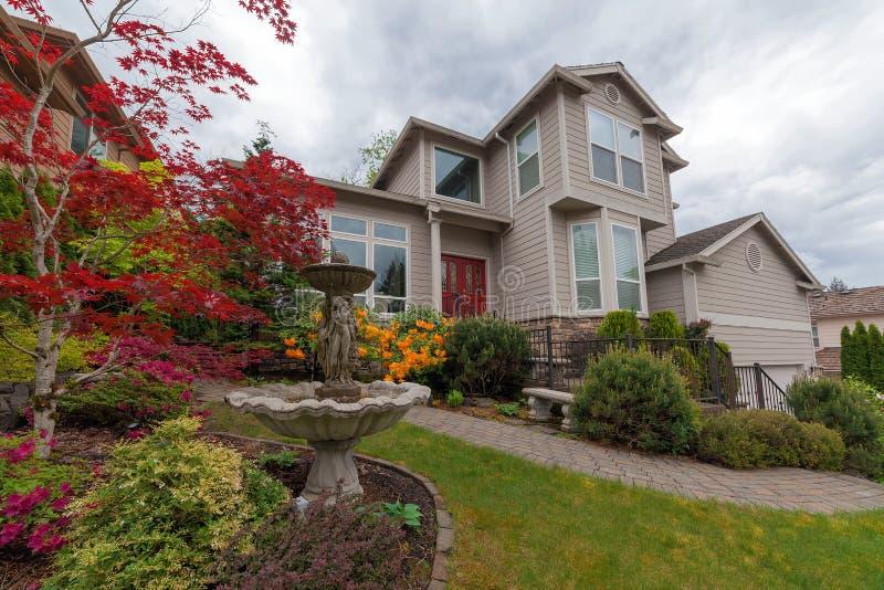 Frontyard abbellito della casa unifamiliare fotografia stock