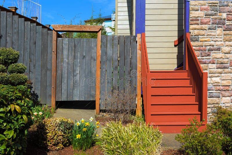 Frontyard della Camera con le scale ed il recinto di legno immagine stock