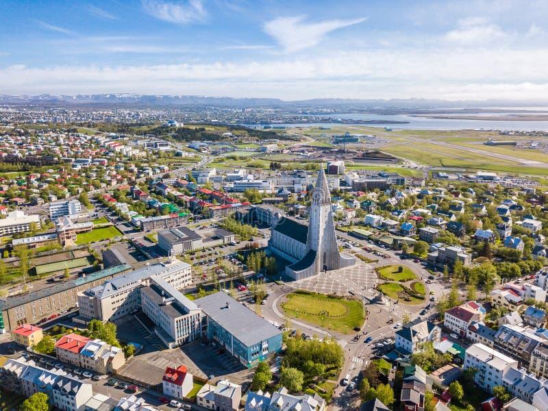 Frop dello scape della città di Reykjavik la cima con la chiesa di Hallgrimskirkja Foto aerea fotografia stock libera da diritti