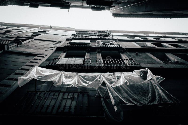 Froschperspektive eines Wohngebäudes mit Balkonen in Schwarzweiss stockbild