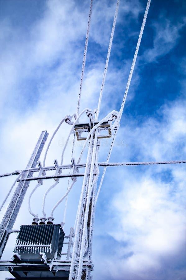 Frost на электрических проводах стоковое изображение rf