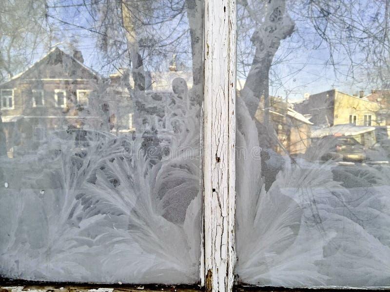 Frost em janelas de vidro congeladas foto de stock