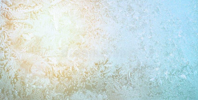 Frost et Sun sur le verre en hiver Glace bleue de modèle sur la fenêtre images libres de droits