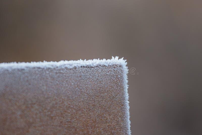 Frost-Kristalle auf Park-Bank stockfoto