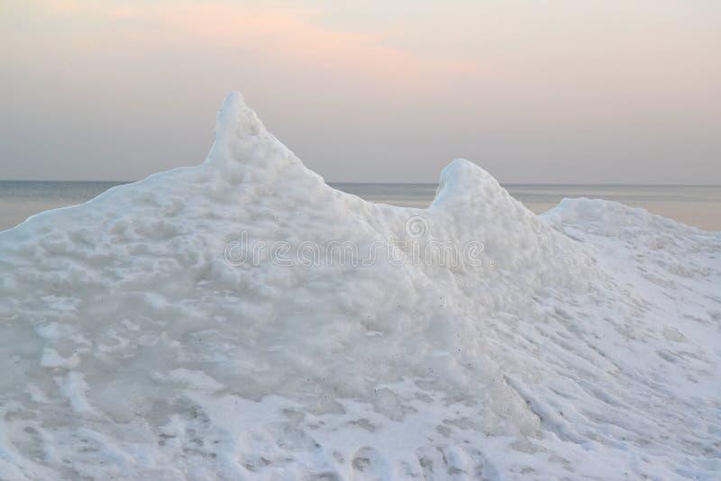 Frost na costa do mar Báltico cedo na manhã Winte fotografia de stock royalty free
