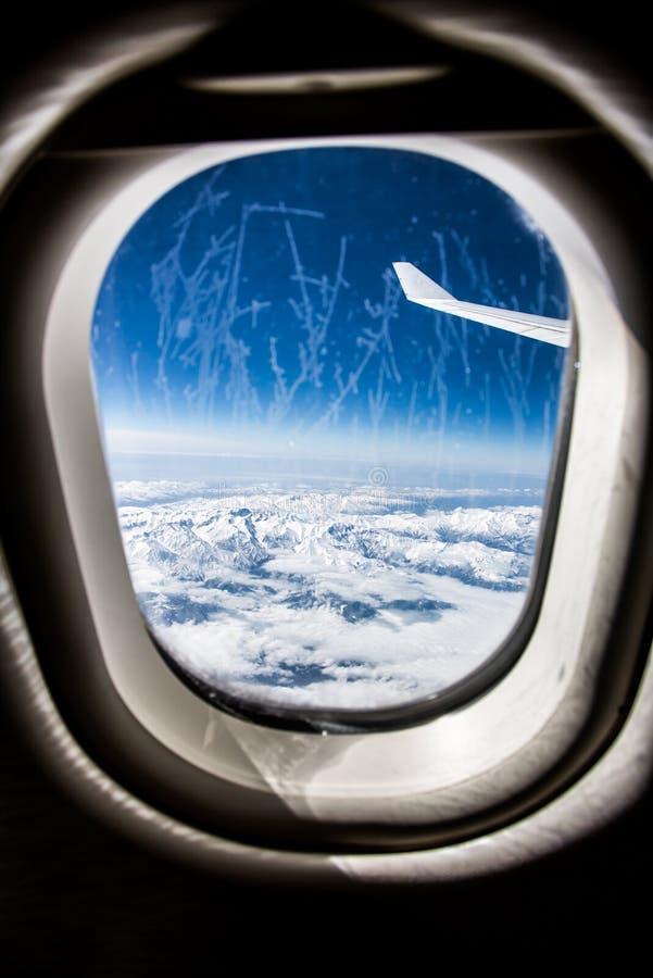 Frost på det glass fönstret för flygplan arkivfoto