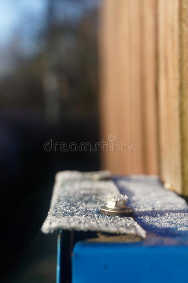 Frost-rocío en un buzón del metal imagenes de archivo