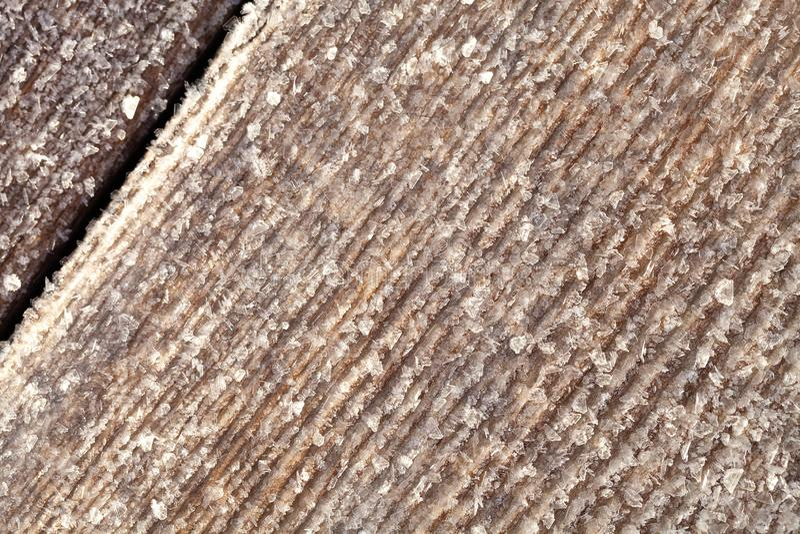 Frost sur une vieille surface en bois Ros?e et cong?lation de matin d'hiver photographie stock libre de droits