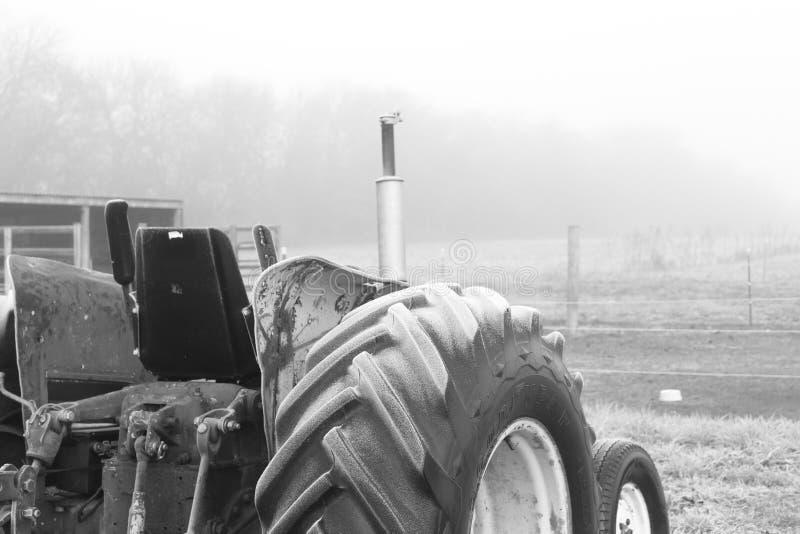Frostad gammal traktor arkivfoton