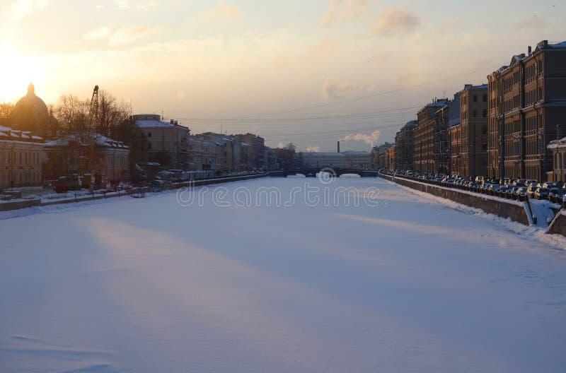 Frostig afton för vinter på Fontankaen royaltyfri fotografi