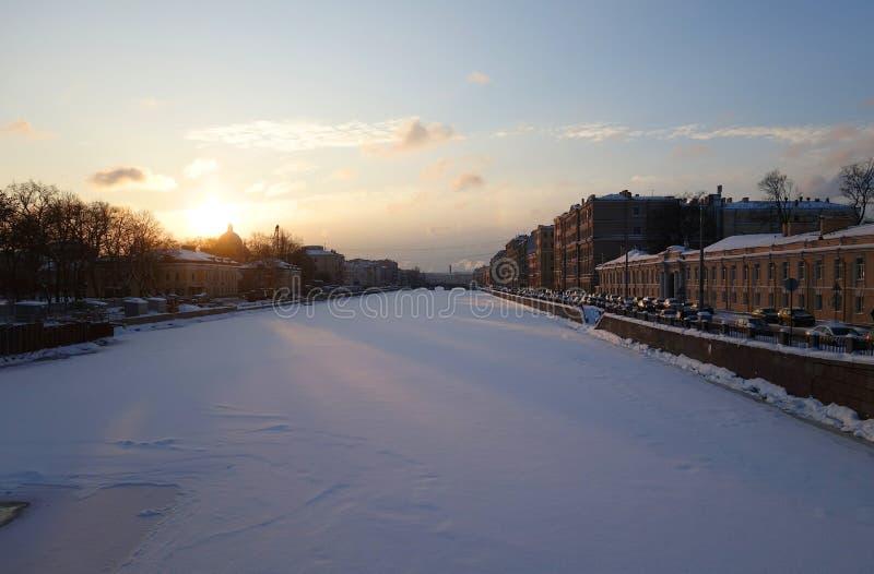 Frostig afton för vinter på Fontankaen royaltyfria foton
