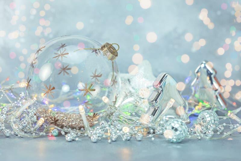 Frostig bakgrund för härlig vinter med leksaker för julträd, bal fotografering för bildbyråer