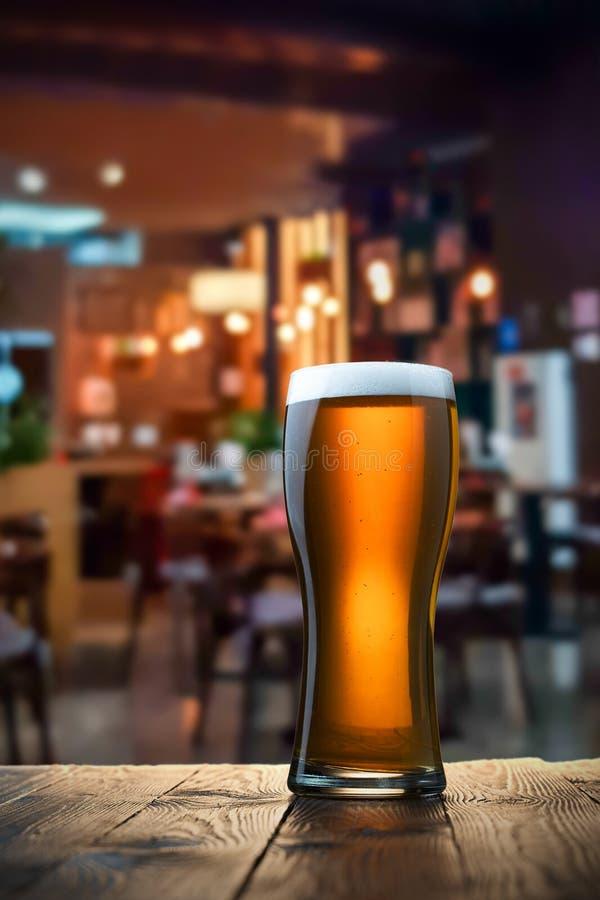 frostig glass lampa för öl arkivfoto
