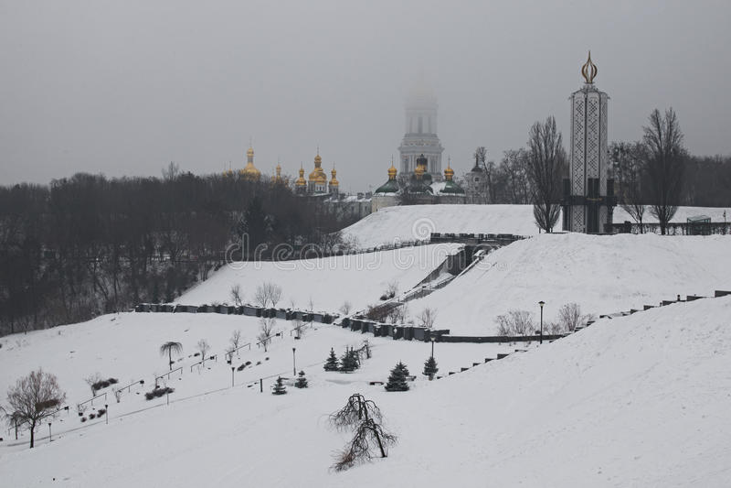 frostig morgonpark `-Minnesmärken för det nationella museet till Holodomor offer` och överkanten av stora Lavra Bell Tower försvi fotografering för bildbyråer