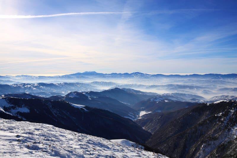 Frostig ogenomskinlighet över dalen arkivbilder