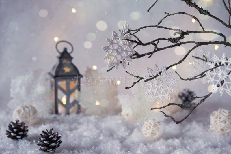 Frostig vinterunderland med snöfall- och magiljus royaltyfria foton