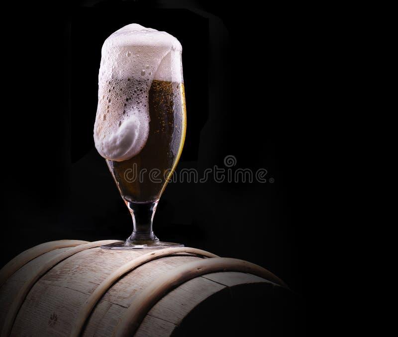 Frostigt exponeringsglas av ljust öl på svart bakgrund royaltyfria foton