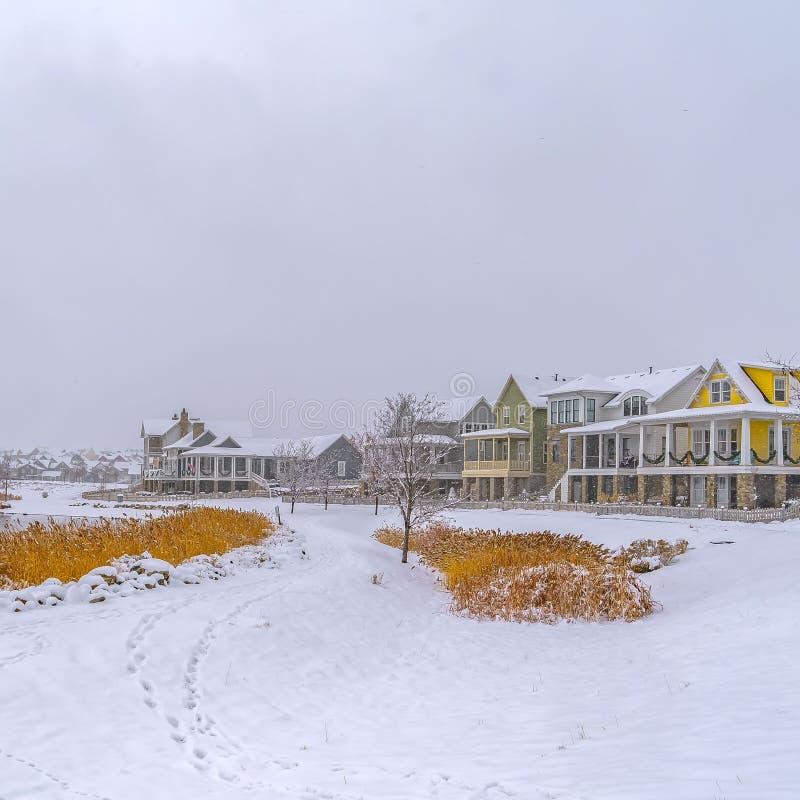 Frostigt landskap för klar fyrkant med sjön och hem i gryning arkivbilder