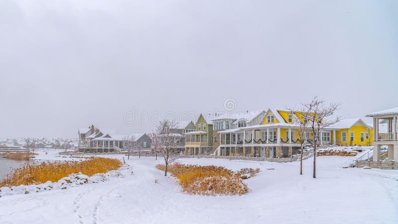 Frostigt landskap för panorama med sjön och hem i gryning arkivfoton
