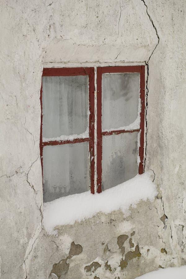 Frostigt vinterfönster, med gamla gardiner royaltyfria bilder