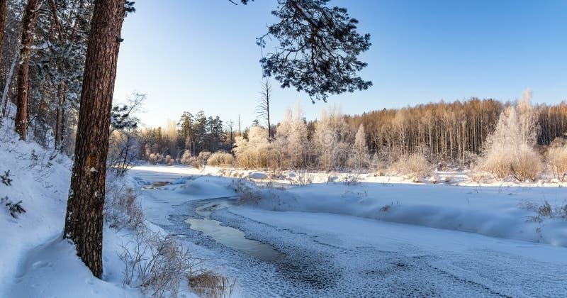Frostigt vintermorgonlandskap med mist- och skogfloden, Ryssland, Ural arkivfoto