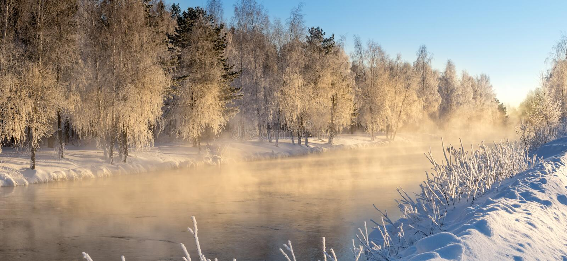 Frostigt vintermorgonlandskap med mist- och skogfloden, Ryssland, Ural royaltyfria foton
