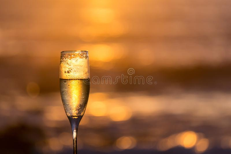 Frosty Glass av Champagne med panelljuset royaltyfria bilder