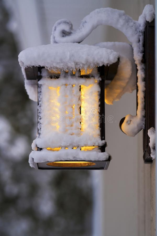 Frosty Porch Lantern efter våldsam vinterstorm royaltyfri foto