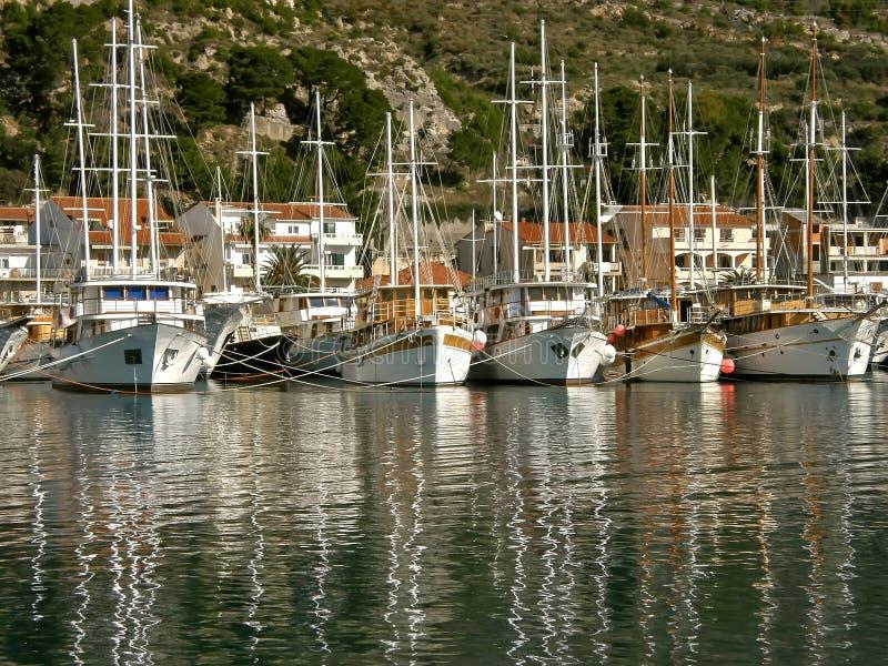 Download Frota de barcos de turista imagem de stock. Imagem de escorado - 16851111