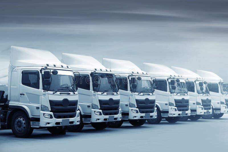 A frota de caminhão nova está estacionando na jarda no tom azul para o transporation imagens de stock royalty free