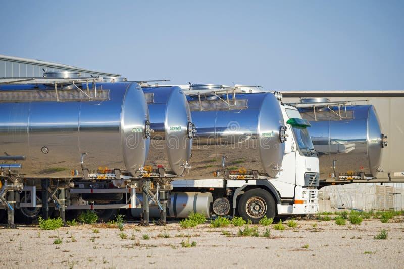 Frota de caminhões de petroleiro de lado a lado fotografia de stock royalty free